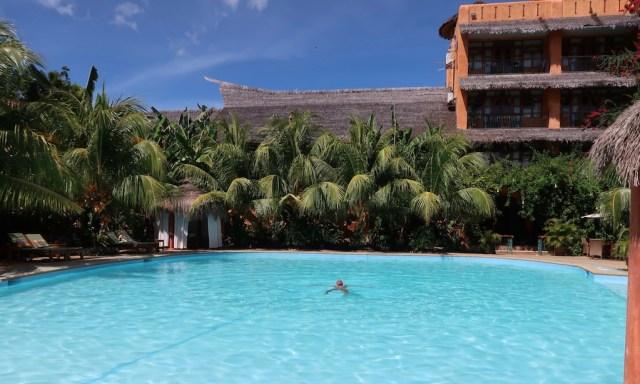 Bendja plantscht im Casa Coco Pool des Coco Grove Resorts