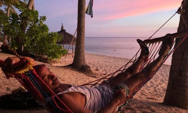 Lila Himmel, Strand, Meer und ein Hänger in einer Hängematte