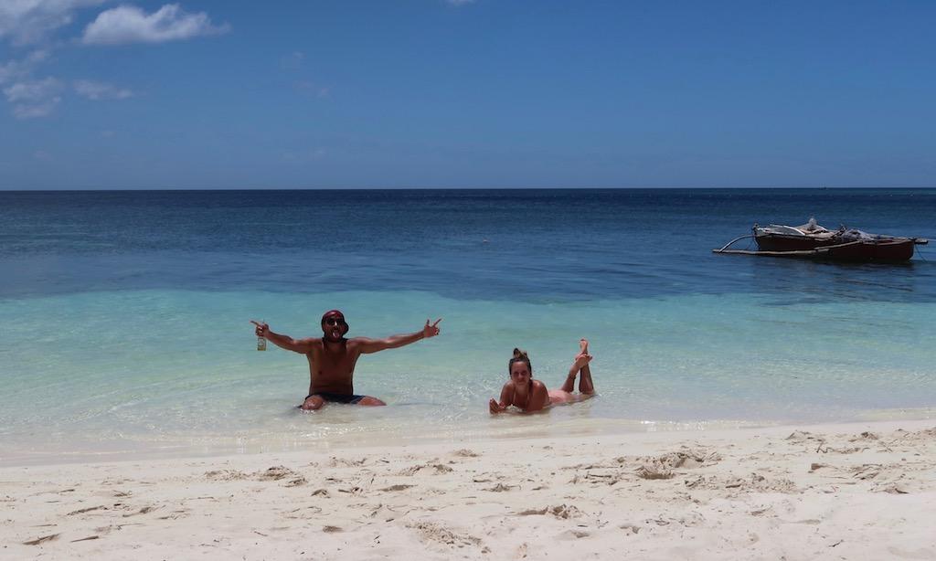 Bendja und Maus baden im glasklaren Wasser beim Paliton Beach in Siquijor