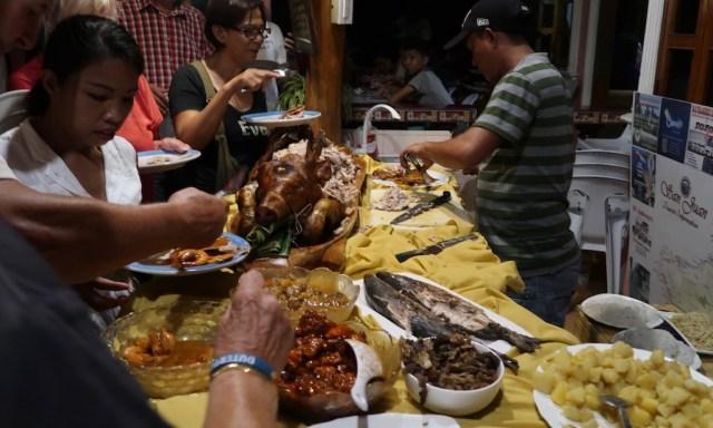 Ein philippinisches Buffet mit Shrimps, Lechon, Fischen etc.