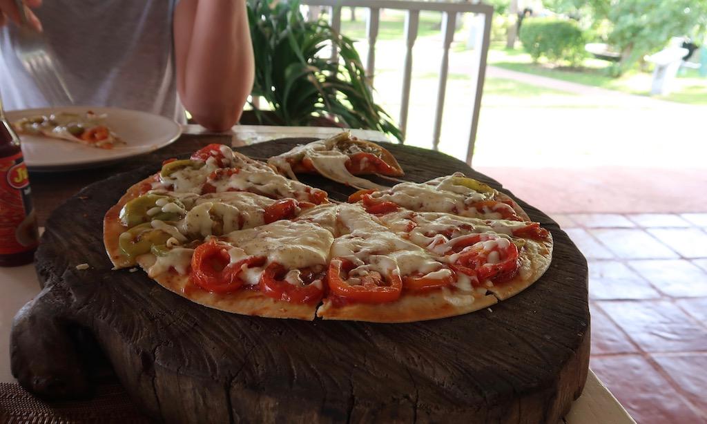 Italienische Pizza im Sta. Monica Beach Club Dumaguette