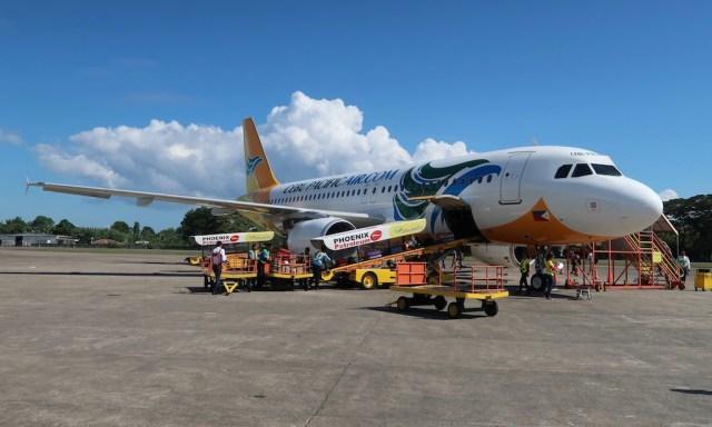 Eine Maschine von der Cebu Pacific Airlines am Flughafen in Dumaguete