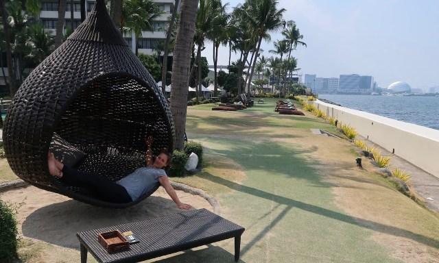 Maus lounged im Hängeei im Sofitel an der Manila Bay
