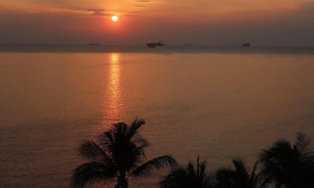 Blutroter Sonnenuntergangshimmel an der Manila Bay