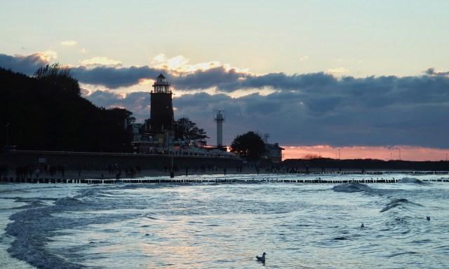 Abendstimmung am Strand von Kolberg mit Blick auf den Leuchtturm