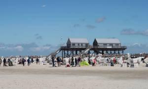 Strandkörbe und Pfahlbauten (Klos und DLRG) am Strand von Sankt Peter-Ording