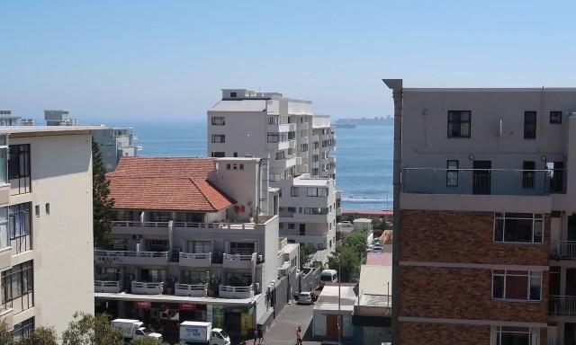 Blick von der Dachterasse vom Sun-Kissed Duplex in the Heart of Sea Point auf den Atlantischen Ozean