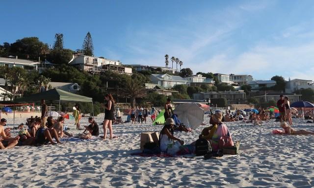 Leute am Strand von Clifton Nr. 4 Kapstadt