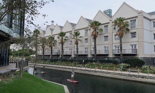 Stand-Up Paddler auf dem Grande Canal in Kapstadt