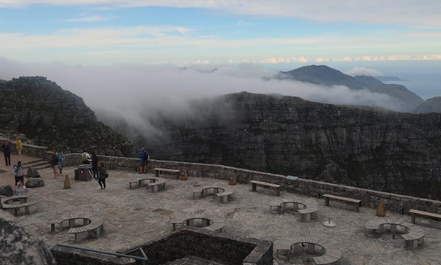 Mystischer Morgennebel legt sich über den Tafelberg, im Vordergrund die Besuchplattform