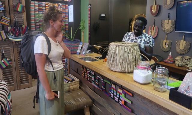 Die Maus kauft einen Korb im Ashanti Store in der Kloof Street von Kapstadt