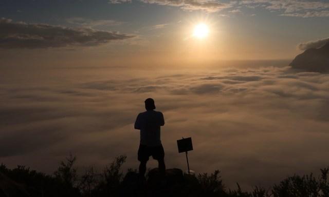 Bendja über den Wolken auf dem Lion's Head bei aufgehender Sonne