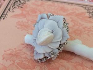 【フルオーダー例】蔦の中から咲いたバラの花のカメオ
