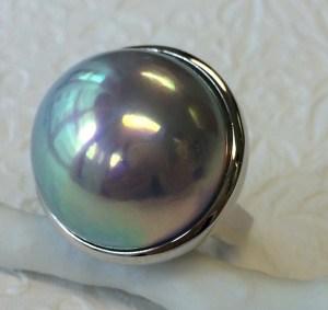 【カスタマイズ例】直径21ミリ。ナチュラルカラーマベ真珠のインパクトをシンプルなデザインに。