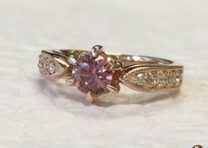 【カスタマイズ例】ダイヤカットされた非加熱サファイアは薔薇の香りに包まれるように輝く。