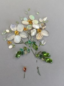 白い野バラを宝石で