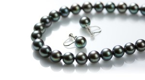 【葬式での装い】真珠のネックレス、その意味と選び方。重ねる年齢の中で大切に考えたい。