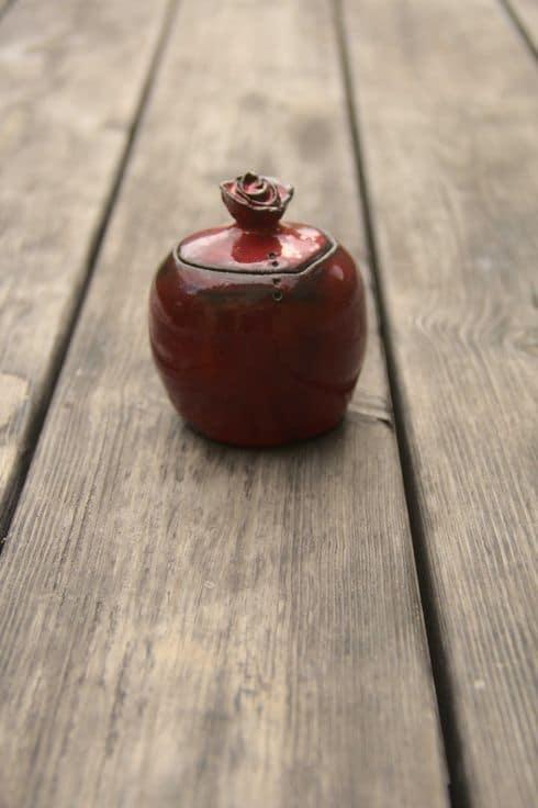 bonbonnière rouge avec bouton en forme de rose