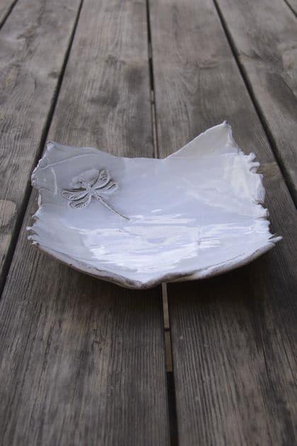 plat carré libellule avec émail blanc
