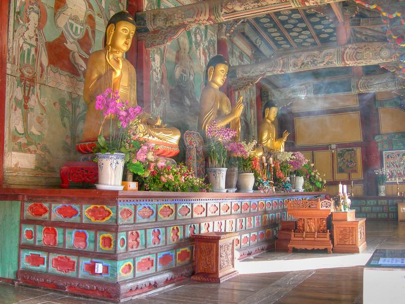 inside Seonunsa Dae Ung Jeon (main hall at the Zen Cloud Temple)
