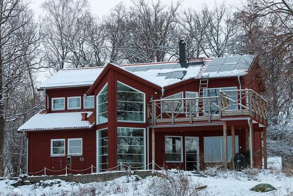 Snön hade mestadels glidit av på solcellerna kl. 15.00. Men solfångarna till vänster var helt snötäckta. 2014-02-20.