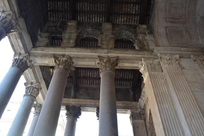 Sobre nuestras cabezas. Entrada al Panteón de Agripina