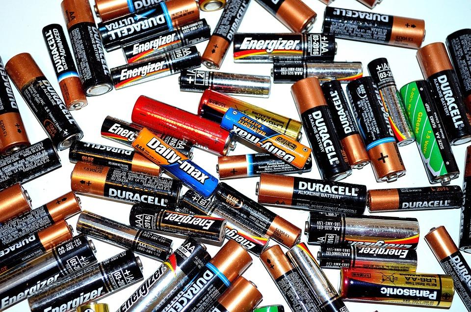 Baterías o pilas de tamaños AA y AAA de diversas marcas.