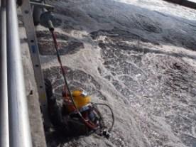Inspectie van een beluchtings bassin waarbij beluchtingschotels worden vervangen van rioolzuiveringen