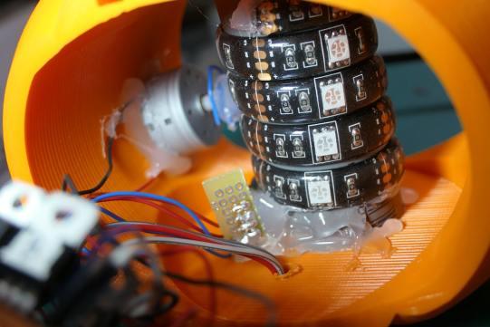 Montage électronique de la citrouille. 3 fils partent sous l'objet pour aller au socle. Il s'agit des fils pour le PIR.