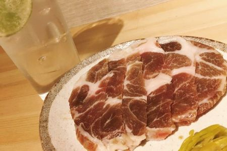 豚肩ロースの西京焼きこんばんは べんてんです。最近人気のある豚肩ロースの西京焼き、西京味噌に漬け込む事で豚の旨みが凝縮され、焼くと味噌の香ばしい香りがします。自家製の青唐辛子の酢漬けとご一緒に是非ご賞味ください。赤身肉と塩ホルモン べんてん東京都清瀬市松山1-14-1電話07028223432 営業時間  17:00~25:00年中無休#べんてん #清瀬 #焼肉 #肉 #赤身肉 #塩ホルモン #ホルモン #強炭酸 #レモンサワー #ハイボール #豚 #豚肉 #味噌 #西京味噌 #西京焼き #自家製
