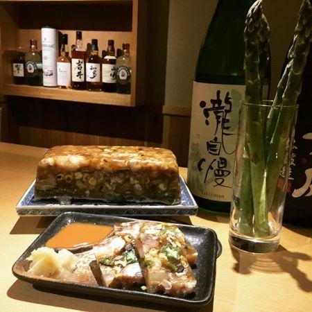 旬野菜と豚足の煮こごりこんばんは、べんてんです。これからが旬の夏野菜と柔らかく煮込んだ豚足を一緒に煮こごりに仕上げました。豚足の臭みはないのでお肉の箸休めにどうぞ。赤身肉と塩ホルモン べんてん東京都清瀬市松山1-14-1電話07028223432 営業時間  17:00~25:00年中無休#べんてん #清瀬 #焼肉 #肉 #赤身肉 #塩ホルモン #ホルモン #強炭酸 #レモンサワー #ハイボール #煮こごり