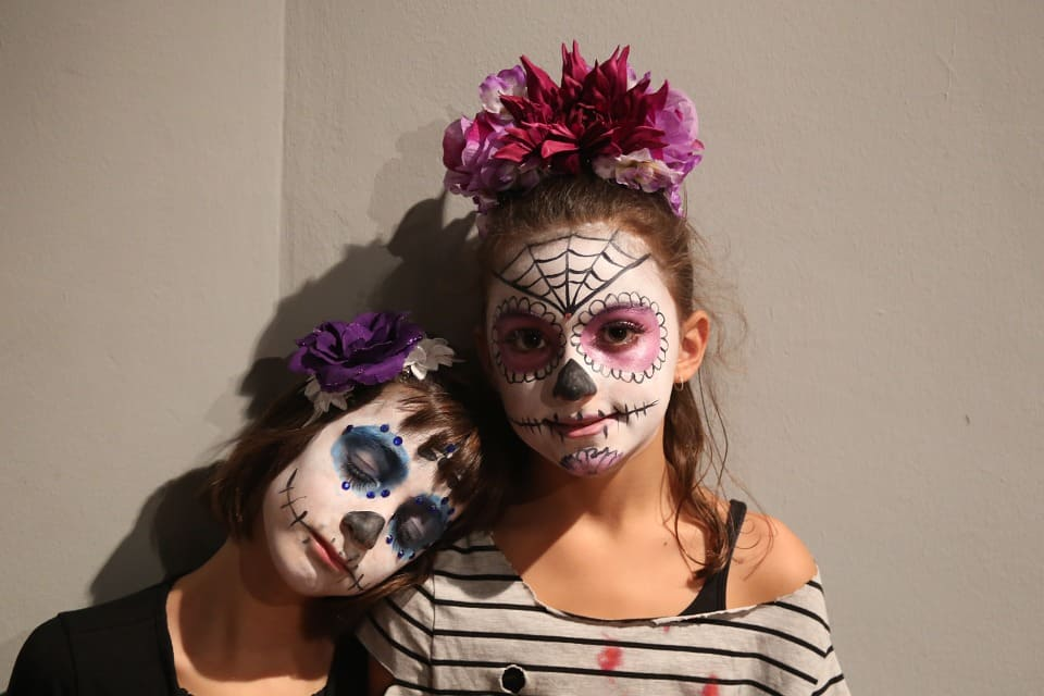 Many people around the world celebrate halloween, which occurs annually on october 31. Halloween Eye Makeup Face Masks And Safety Boston Eye Physicians And Surgeons