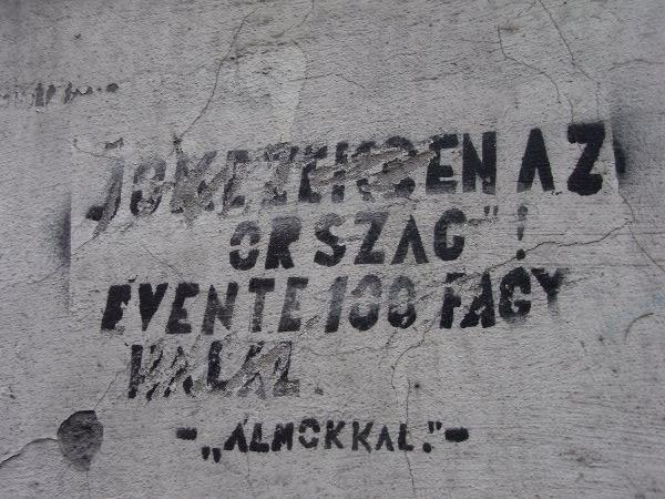 """anklagendes Graffiti mit der Inschrift: """"Das Land in guten Händen. Jährlich frieren hunderte zu Tode."""