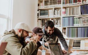 Zadowoleni mężczyźni aklimatyzują się w nowym miejscu pracy