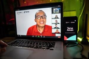 Vice President Prepaid Consumer Telkomsel Adhi Putranto saat memaparkan kerja sama strategis TikTok dengan Telkomsel dalam meningkatkan pengalaman mengeksplorasi dan menginspirasi melalui akses internet di acara Press Conference dengan Media di Jakarta, Selasa (27/10).