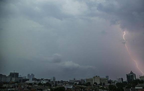 Suasana hujan petir yang terjadi di wilayah Jakarta (Dok: CNNIndonesia)