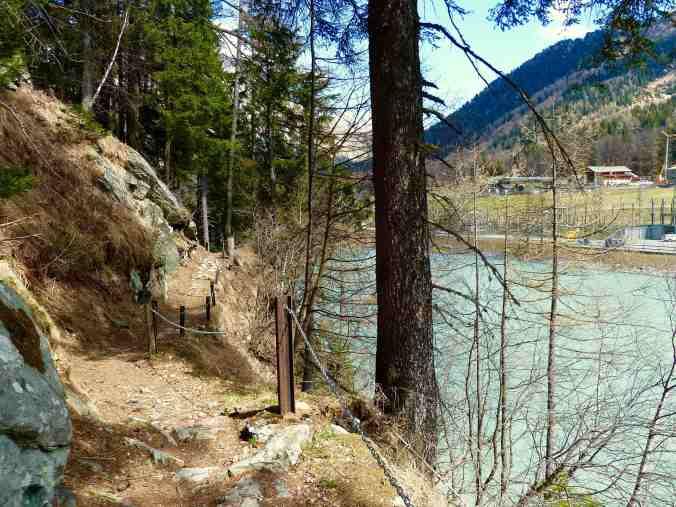 Der Stausee bei Löbbia, hier führt der Weg durch den Wald