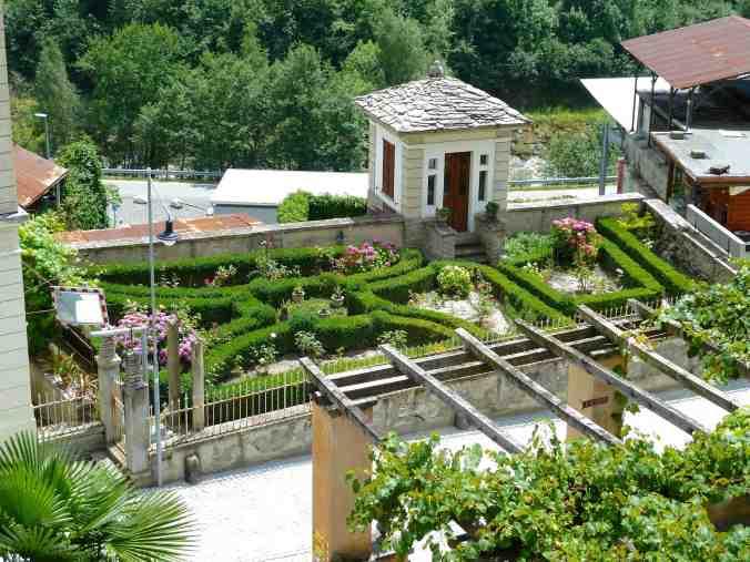 Kleiner Barockgarten in Castasegna, vorne die Pergola der Villa Garbald