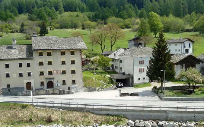 Dorfmuseum Chiäsa Granda, rechts daneben das Geburtshaus von Augusto Giacometti