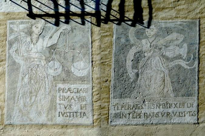 Justitia (links) und Te(m)pera(n)tia am Pretorio, der dramatische Schatten gehört einem vergitterten Fenster