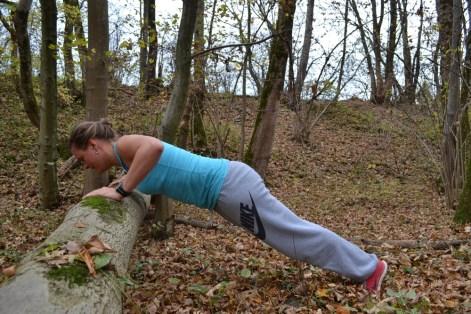 Brustbein bis an den Baumstamm