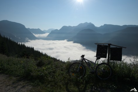 Blick ins nebelbedeckte Tal