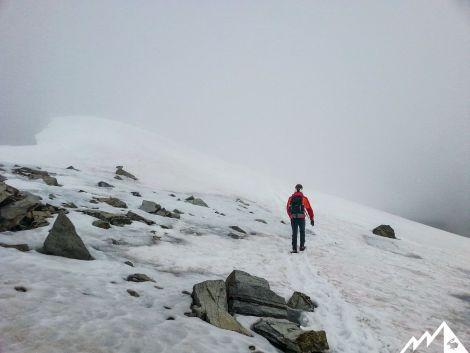 Auf Schnee wandern wir weiter zum Gipfel.