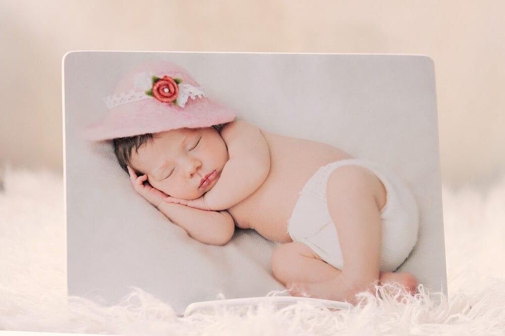 Bild von einem kleinen Baby auf Holz gedruckt