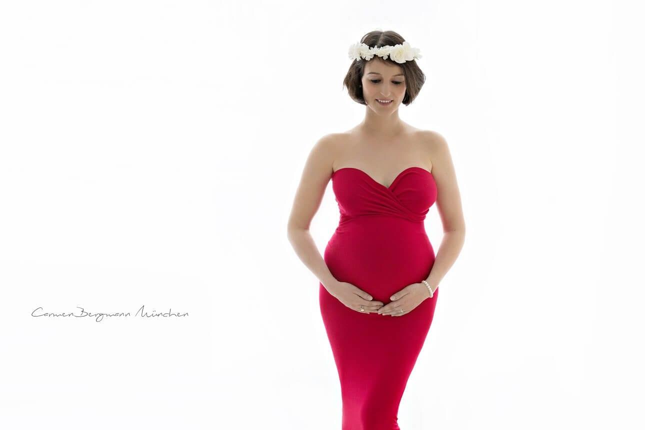 Rotes Kleid und Blumen im Haar Schwangere Shooting in Muenchen