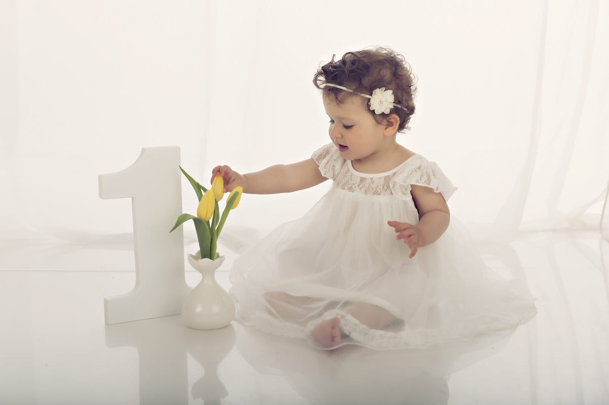 baby in kleid beim fotoshooting