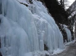 Viel Eis neben der Straße