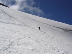 04-in-der-steilen-schneewand-unter-dem-gipfel