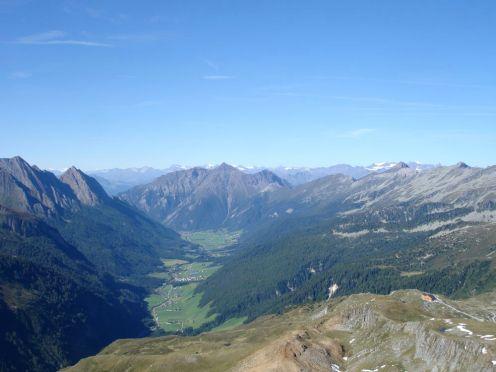 Blick durch das gesamte Pfitscher Tal mit dem Pfitscher Joch Haus rechts