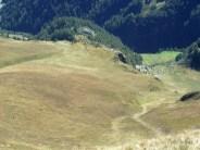 Steile Grashänge vom Gipfel abwärts